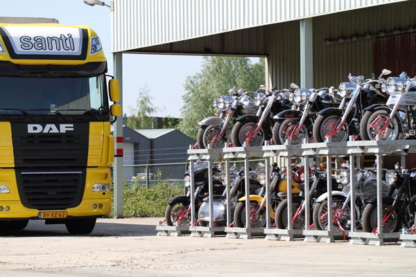 Harley transport door santi middelbeers met behulp van speciale motorkratten